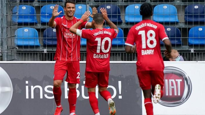 v.li.: Torschütze Petar Sliskovic (Türkgücü, 25), Sercan Sararer (Türkgücü, 10), Boubacar Barry (Türkgücü, 18), Spieler