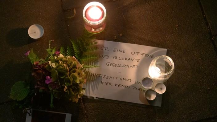 Nach dem Angriff nahe der Hamburger Synagoge fordert jemand auf einem Schild eine offene und tolerante Gesellschaft.