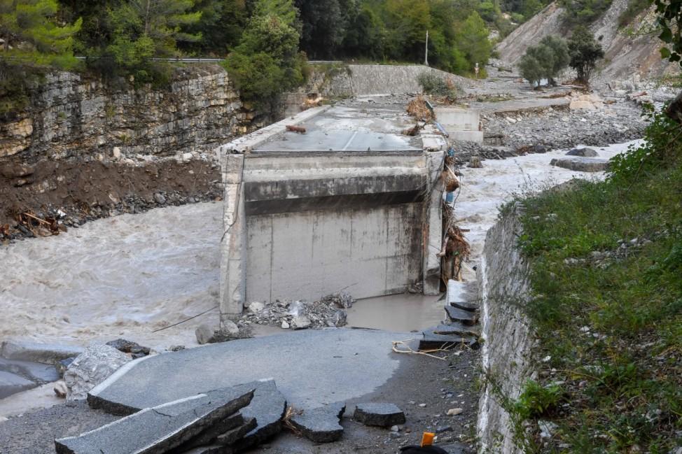 Folgen von Sturm Alex in Frankreich Le Pont de Pertus entre Piene et Breil sur Roya couper en deux - Tempete Alex : des