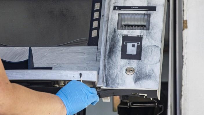 12.06.2020 , DU Duisburg , Geldautomat an der Hermann-Grothe-Straße in Bissingheim in der Nacht gesprengt , Täter verwe