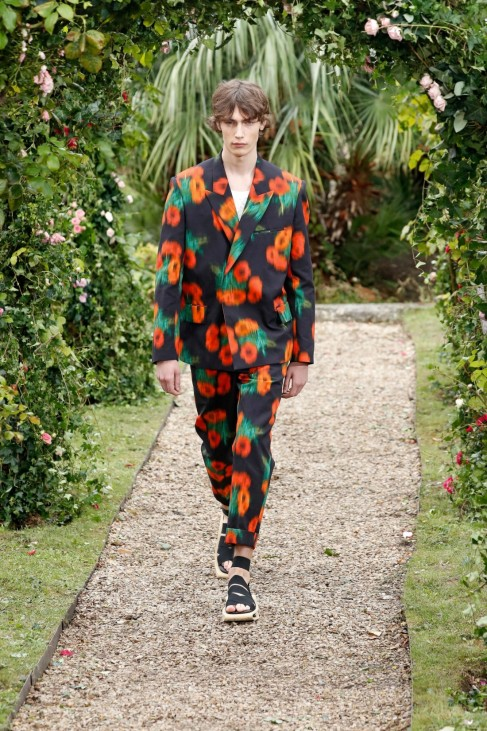 (201001) -- PARIS, Oct. 1, 2020 -- A model presents a creation by KENZO during the Paris Fashion Week s Women Spring Su