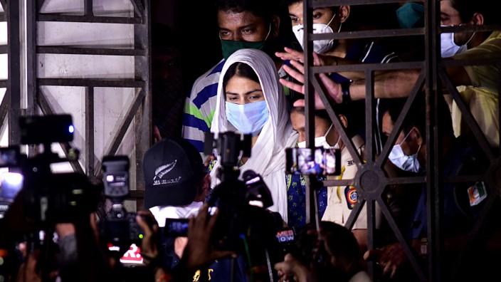"""Tod eines Filmstars: Bollywood-Schauspielerin Rhea Chakraborty nach ihrer Befragung durch die Polizei. Eine Kollegin spricht von einer """"tief sexistischen"""" Kampagne gegen sie."""