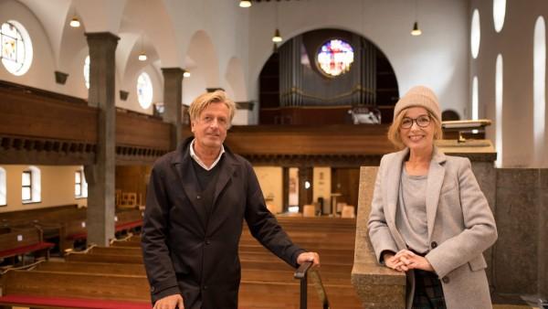 Musikmanagerin Fany Kamerlander mit Pfarrer Bernd Berger in der Auferstehungskirche, Schwantaler Höhe, Geroltstraße 12