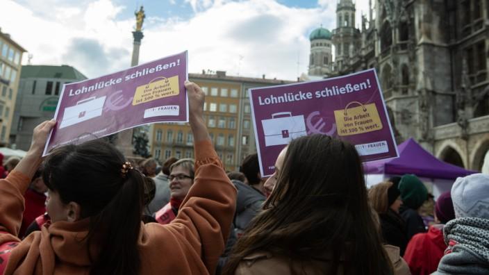 Plakate mit der Aufschrift Lohnlück schließen Am 18 3 2019 fand auf dem Münchner Marienplatz ein