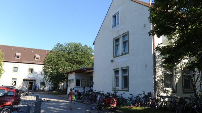 Münchner Norden: Viele Flüchtlinge leben schon seit Jahren in der Bayernkaserne, haben sich dort eingerichtet, so gut es eben geht. Nun sollen sie alle raus.