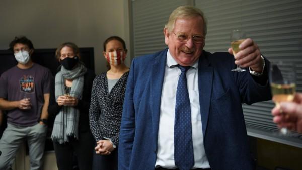 """""""Von nichts kommt nichts"""": Mit Champagner stießen Reinhard Genzel und sein Team auf den Nobelpreis an."""