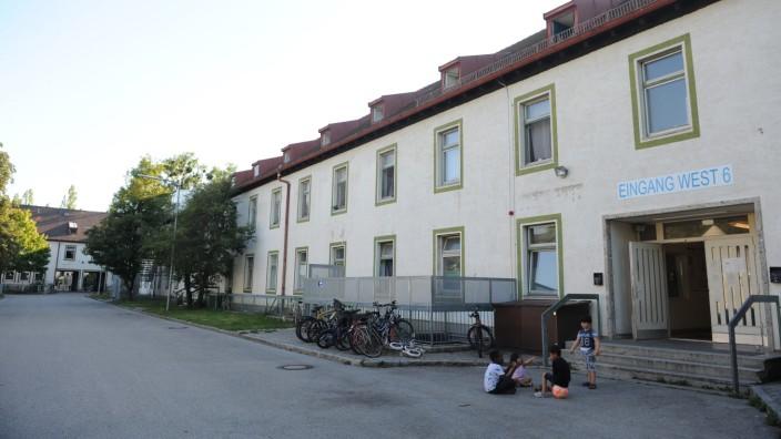 Menschen lebten zum Teil seit fünf Jahren in der Bayernkaserne - nun muss sie bald geräumt werden. Ob alle Bewohner eine neue Bleibe finden, ist ungewiss.