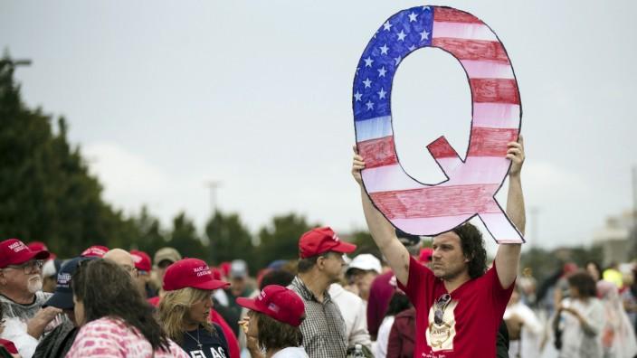 QAnon-Anhänger vor einer Wahlkampfveranstaltung von Donald Trump