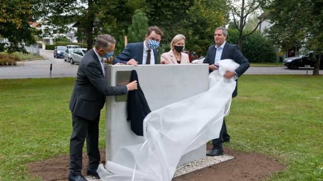 Umstrittenes Denkmal in Grafing: Noch mal nachpolieren: Die CSU-Prominenz bei der Einweihung ihres Denkmals am 2. Oktober.