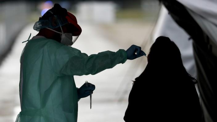 Coronavirus: Corona-Test in München: Labore teilen Gesundheitsämtern nicht immer alle Informationen mit.