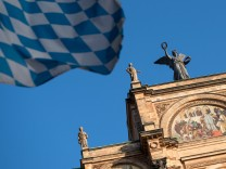 Im Bayerischen Landtag wird insgesamt ein verzerrtes Bild der Gesellschaft gespiegelt: 13 Prozent der Abgeordneten sind Juristen.