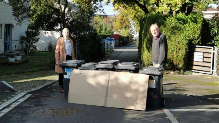 Posse in der Oberpfalz: Die Anwohner in der Dostlerstraße, wie Christoph Ewald (rechts), versuchen sich gegen den geplanten Mauerbau mitten in ihrer Straße zu wehren.