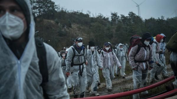 Aktivisten der Initiative Ende-Gelände auf dem Weg zur Grube von Garzweiler 1 Bis zu 3000 Aktivist*innen blockieren am