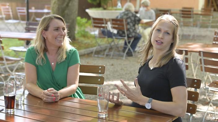 Interview mit zwei Bürgermeisterinnen: Grüne Senkrechtstarterinnen: Oberhachings Dritte Bürgermeisterin Nina Hartmann (links) und Unterhachings Zweite Bürgermeisterin Johanna Zapf beim Interviewtermin im Biergarten.