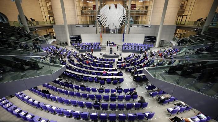 Die Nebeneinkünfte von Abgeordneten im Bundestag sind in der aktuellen Legislaturperiode laut einer Studie auf etwa 53 Millionen Euro gestiegen.