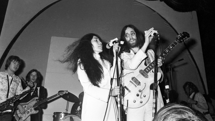 Beatle John Lennon and his wife Japanese Yoko Ono stage a pop concert in aid of the United Nations C