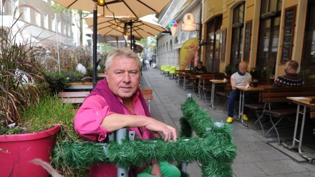 Macht seinen Schanigarten schon winterfest: Dietmar Holzapfel, Inhaber der Deutschen Eiche.