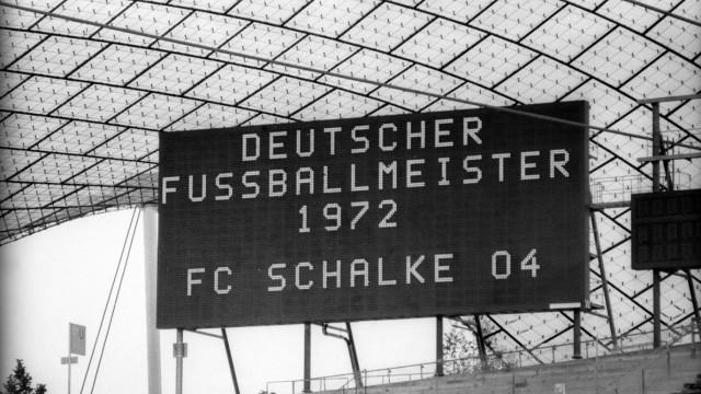 Für den Fall der Fälle übt man im Münchner Olympiastadion per Anzeigetafel den FC Schalke 04 als Deu; Fußball