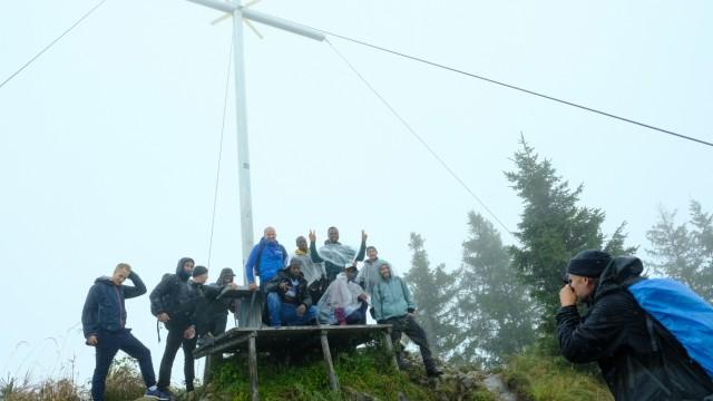 Integration in Bayern: Gruppenfoto am Gipfelkreuz