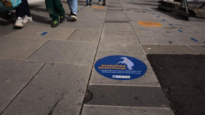 FREISING: Untere Hauptstrasse - Gehweg-Markierung für Blinde