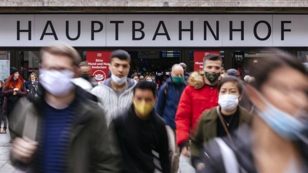 Am Düsseldorfer Hauptbahnhof fordern Schilder der Deutschen Bahn Reisende dazu auf: Bitte Mund und Nase bedecken . Auch