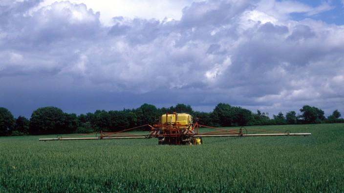 Ökologie: Ein Traktor bringt Pflanzenschutzmittel aus. Wissenschaftler mahnen dringend einen Kurswechsel in der europäischen Agrarpolitik an.