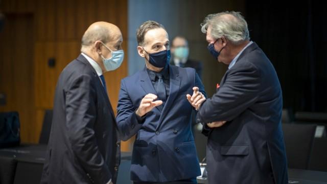Bundesaussenminister Heiko Maas, SPD, (Mitte) reist nach Luxemburg zum Rat fuer Aussenbeziehungen. Hier aufgenommen bei