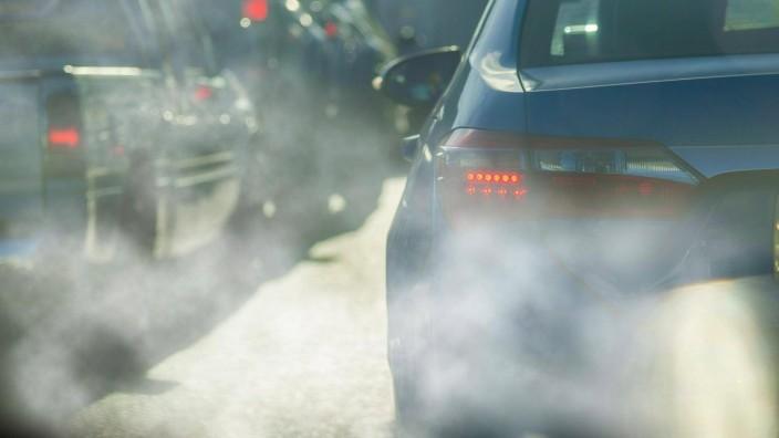 CO2-Emissionen: Autoabgase auf einer belebten Straße