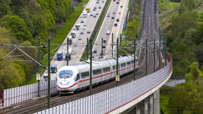 Die Hallerbachtalbrücke bei Neustadt Wied entlang der Autobahn A3 ist eine Eisenbahn Brücke beim