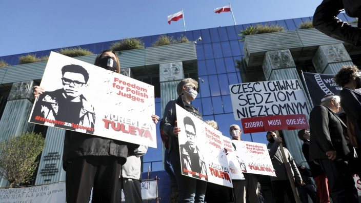 Demonstration of support for judge Igor Tuleya in front of the Supreme Court in Warsaw The poster reads: Glory to the s