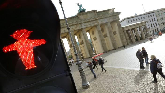 Rote Ampel am Brandenburger Tor in Berlin