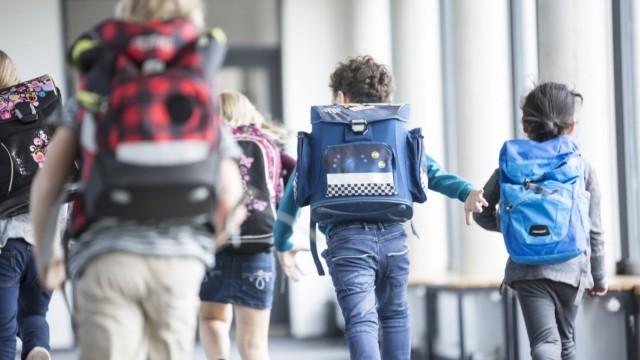 Schule: Kinder rennen durch einen Schulflur
