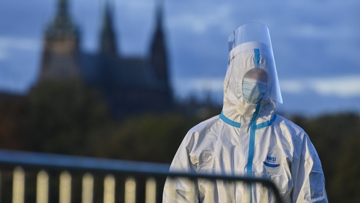 Coronavirus in Tschechien: Person in einem Schutzanzug in Prag