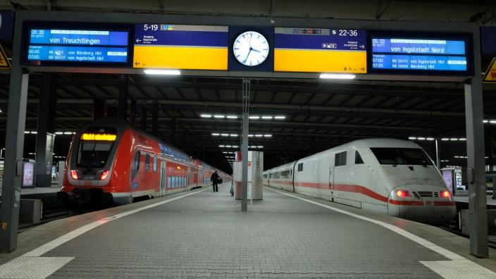 Münchner Hauptbahnhof bei Nacht, 2020