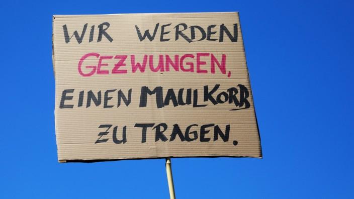 Demonstration Tag der Freiheit - Tausende feiern das Ende der Pandemie und den Tag der Freiheit in Berlin mit einem Umzu