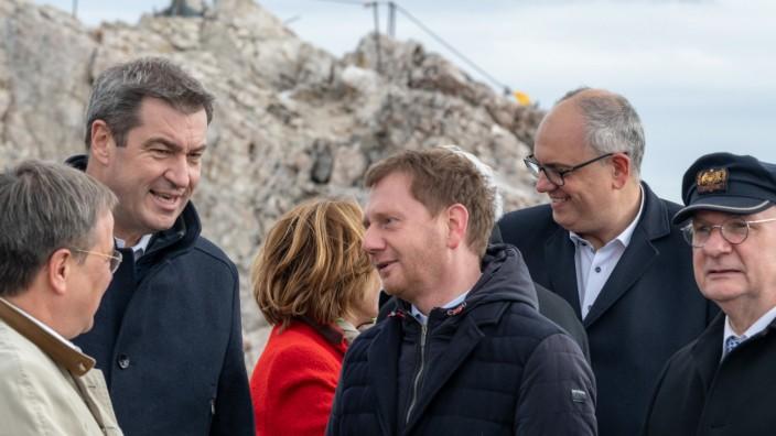 Armin Laschet, Markus Söder und Michael Kretschmer 2019 auf der Jahreskonferenz der Ministerpräsidenten