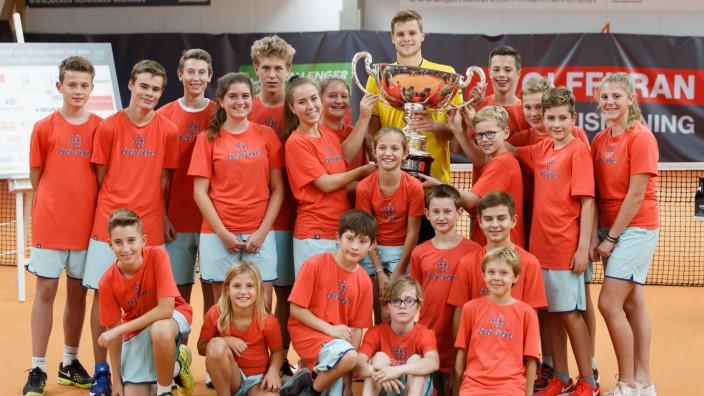 YANNICK HANFMANN GER mit Pokal und Ballkinder Siegerehrung Tennis Wolffkran Open ATP Tennis H; wolffkran open ismaning challenger tennis