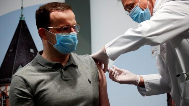 Gesundheitsminister Jens Spahn bekommt Grippeimpfung
