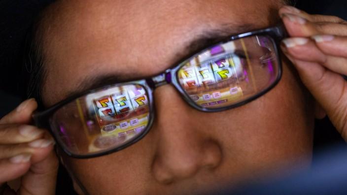 Kundin eines Online Casinos vor einem Laptop Foto xC xHardtx xFuturexImage