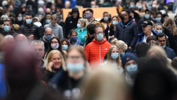 Coronavirus in Deutschland: Menschen mit Atemschutzmasken in Dortmund