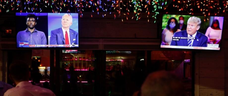 Biden und Trump während des Fernduells