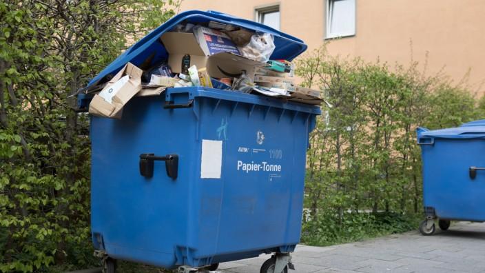 Volle Papiertonne in der Corona-Krise in München, 2020