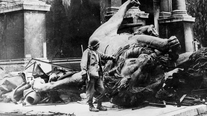 Amerikanischer Soldat vor dem Siegestor, München 1945