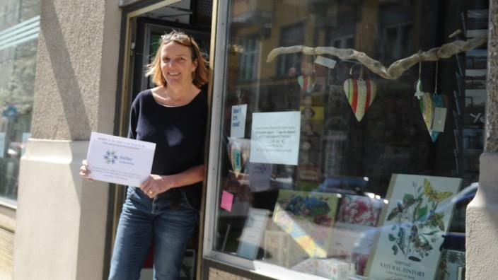 Handel in der Corona-Krise: Buchhändlerin Sigrid Gatter bekam von einer Kundin die Monatsmiete gezahlt. In der Krise konnten kleine Läden von der Unterstützung der Nachbarn profitieren.