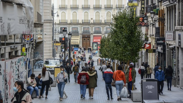 October 4, 2020, Madrid, Spain: People wearing face masks as a preventive measure walk on the street..The coronavirus c