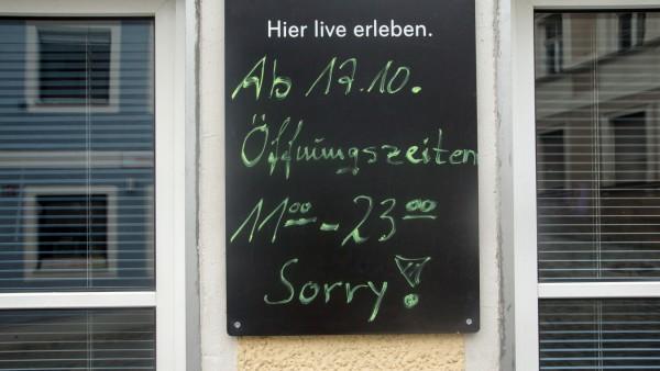 FREISING: AUGUSTINER Bierstüberl - Hinweisschild Schließung um 23 Uhr wegen Corona
