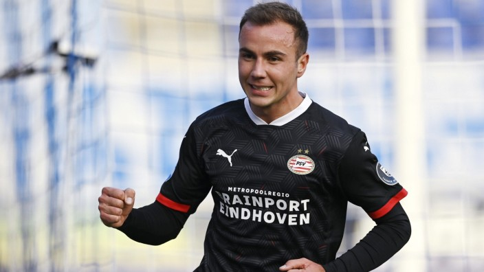 ZWOLLE - Mario Gotze of PSV celebrates the 1-0 during the Dutch Eredivisie match between PEC Zwolle and PSV in the MAC3