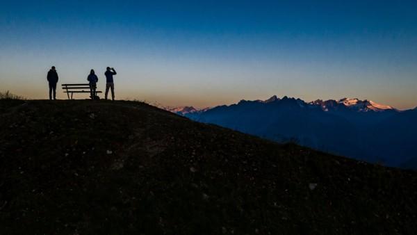 Kals am Grossglockner THEMENBILD - Menschen beobachten den Sonnenaufgang und erstellen mit ihren Smartphones Bilder, im
