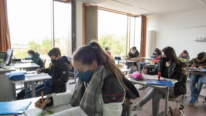 Neubiberg, Realschule, Schule in Corona-Zeiten, offene Fenster, Masken, Anoraks, Mützen und Schals, Foto: Angelika Bardehle