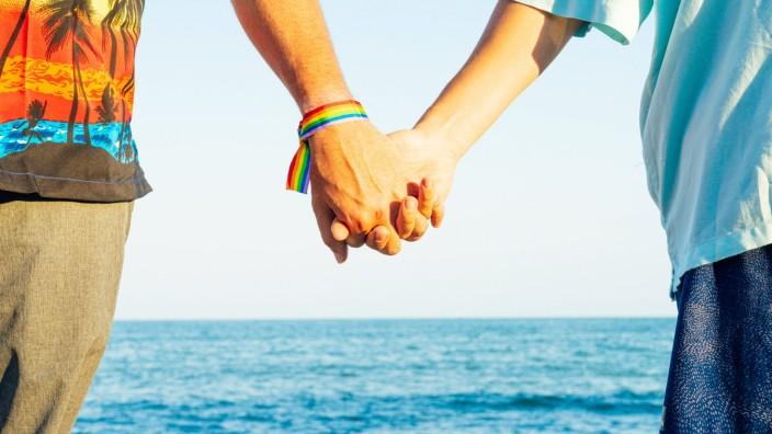 Two men in love holding hands on the beach. Stock photo. Tarragona, CT, Spain PUBLICATIONxINxGERxSUIxAUTxONLY CR_MIPA200